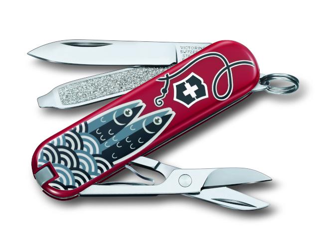 設計靈感來自德國的Marina,Victorinox軍刀的狹窄表面變成一罐沙丁魚,正面刻劃釣魚圖案,背面則是載有新鮮捕獲沙丁魚的罐頭。(圖:Victorinox提供)