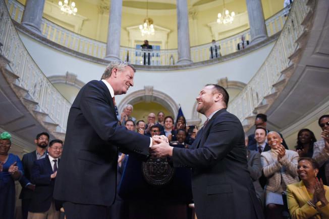 市長白思豪(左)和市議長張晟(右)就紐約市2020財年預算達成協議。(市長辦公室提供)