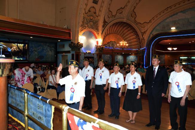 波士頓美國華裔退伍軍人會, 新任會長陳文浩(前) 暨職員宣誓就職。(退伍軍人會提供)
