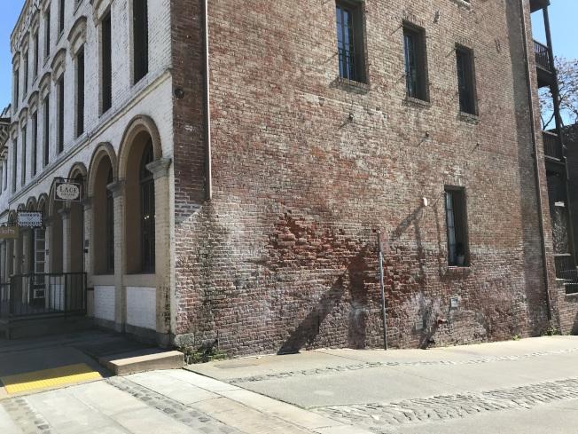 下層的磚牆凌亂、色澤不一,可看出與上面樓層非同一時期建造。