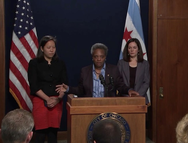 芝加哥市長萊特福特(中)與市府首席財務官黃貞慧( Jennie Jen-Hwei Huang Bennett,音譯,左)。(市長辦公室官方臉書)