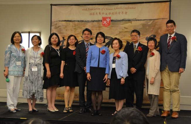 閉幕典禮中,紐約辦事處教育組長楊敏玲(左六)分享台灣在海外推動的華語文教育工作,並與新任會長張秀玲(左一)和各區理事合影。(大會提供)