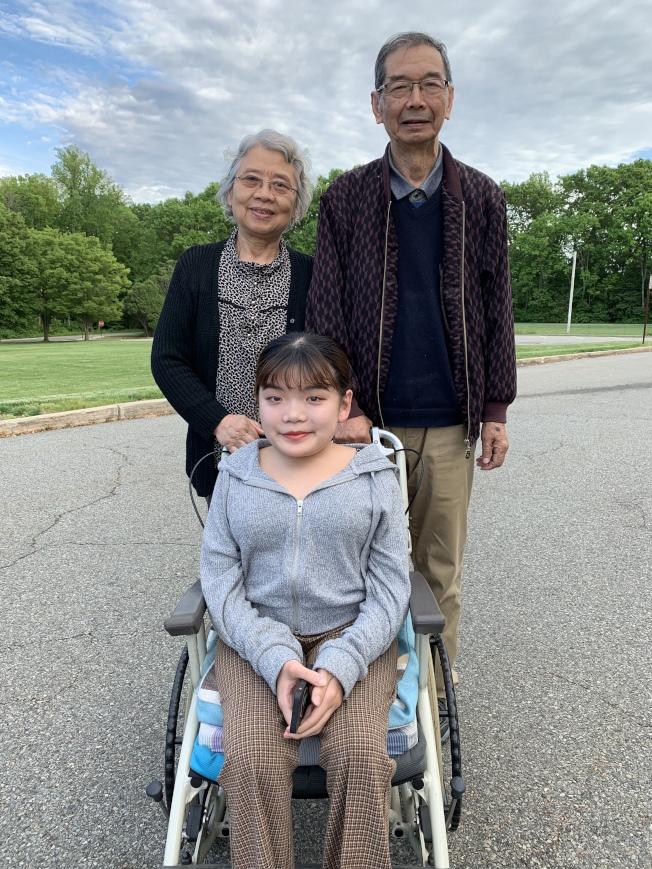 顧若凡和在美陪伴他的爺爺奶奶。(記者陳雯娟╱攝影)