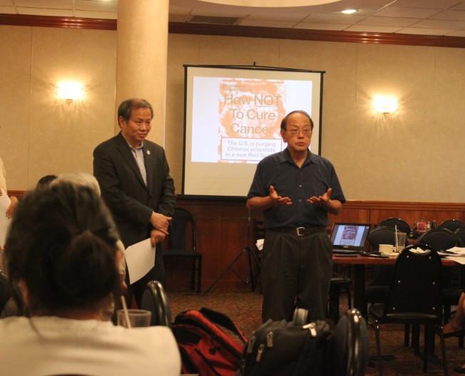 美國華人聯合會(UCA)13日晚間於休士頓銀宮餐廳舉辦休士頓華裔社區溝通會,並由美國華人聯合會會長薛海培(左)、休大教授白先慎(右)向華裔傳達安德森癌症中心調查華裔科學家的回應。(記者郭宗岳/攝影)
