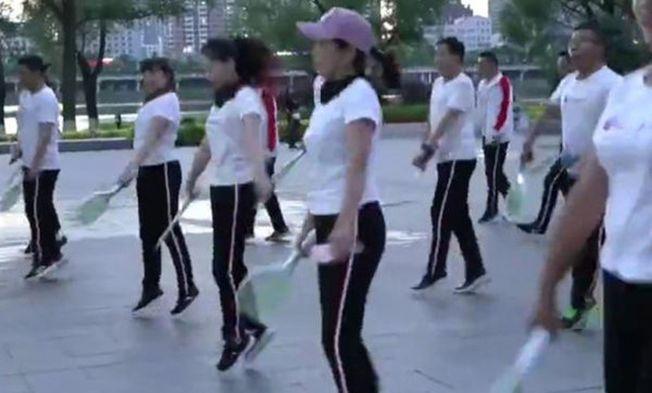 大爺大媽新編了「曳步滅蚊舞」,健身驅蚊兩不誤。(視頻截圖)
