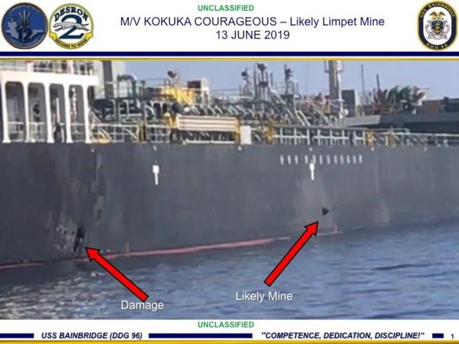 美國中央軍區指揮部發布照片指出,在阿曼灣遇襲油輪國華勇氣號的船身有爆炸痕跡(左邊箭頭),及一枚未爆的吸附雷(右邊箭頭)。(歐新社)