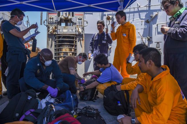 油輪國華勇氣號在阿曼灣遇襲後,美國海軍神盾驅逐艦「班布里奇號」趕往現場,派出軍醫為船員提供醫療幫助。(美國海軍發布)