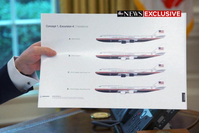 川普總統要更換空軍一號總統專機顏色,把目前的淺藍色換成深藍色。圖為川普總統在接受ABC獨家專訪時,展示空軍一號專機的設計圖。(美聯社)