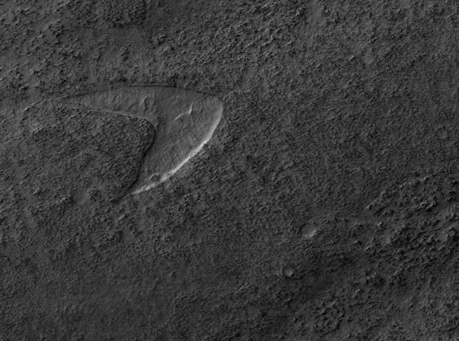 美國NASA火星探測軌道飛行器(MRO)12日在官方推特發布一張照片,一個巨大的的星際艦隊標誌赫然出現在火星地表。截自HiRISE(NASA)官方推特