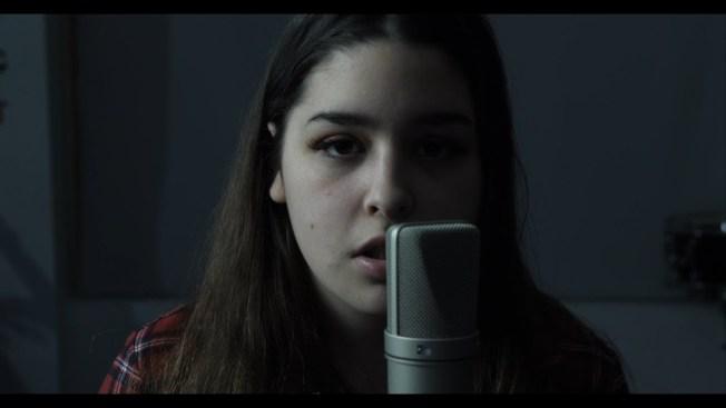 16歲的史蒂文斯(Emma Stevens)和朋友一起以美洲原住民語言Mi'kmaq翻唱披頭四(Beatles)於1968年推出的「黑鳥」(Blackbird)。圖截自YouTube