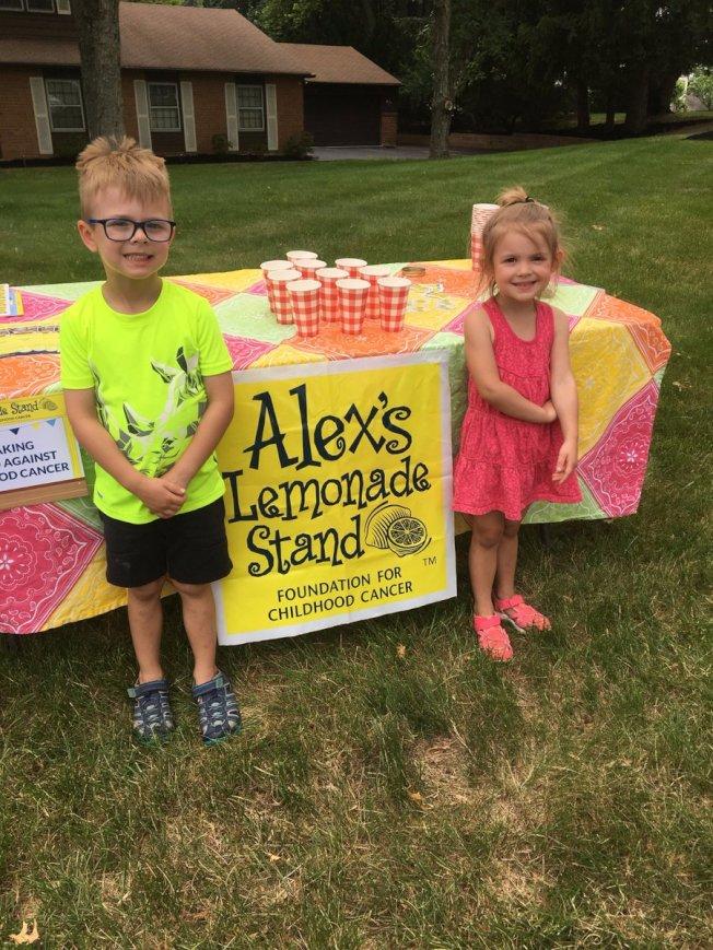父母應教導孩子有責任做出貢獻,使社區更好。圖為兩名小學生為研究兒童癌症募款,擺攤賣檸檬水。( 取自推特)