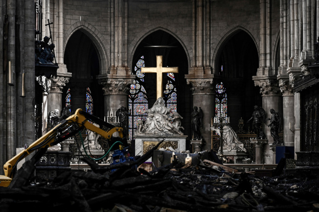 巴黎聖母院(Notre-Dame de Paris)4月中因大火嚴重受損,當時法國各大富豪紛紛宣布慷慨解囊協助重建,總金額將近10億美元,但美聯社15日引述教會與業界人士說法,事發至今滿兩個月,這些富豪根本一毛錢都還沒捐。美聯社