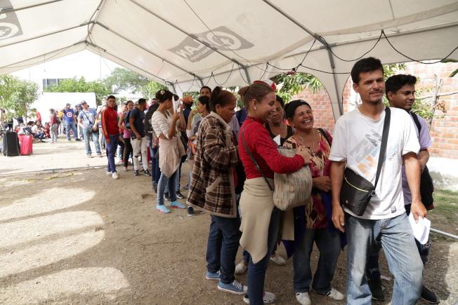 十分之一委國人口因經濟、人道危機移民他國。圖為14日大量委國民眾搶在秘魯15日新移民規定生效前,入境秘魯。歐新社