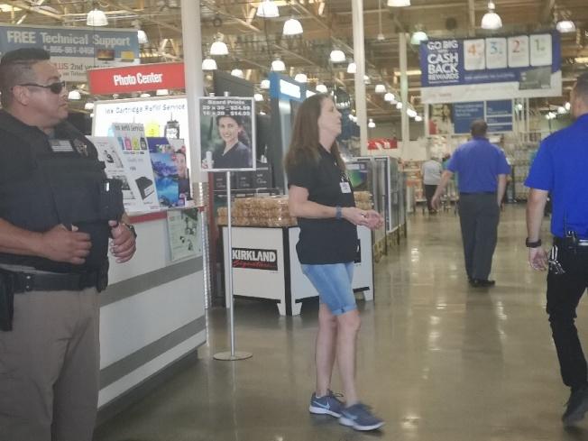 科洛納Costco門口15日增加了帶槍門衛,工作人員也比平常多很多。(記者楊青/攝影)