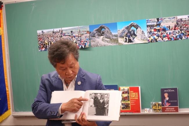 李宗保指出50年前華工後代希望贈送牌匾卻未能實現的照片。(記者金春香/攝影)