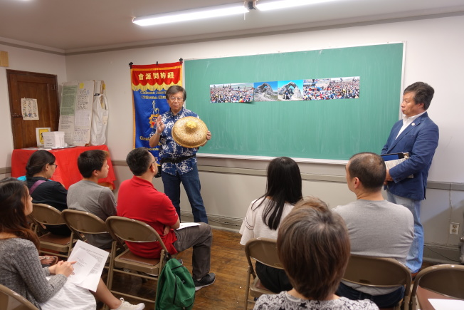 李揚國(左)與李宗保為學生介紹鐵路華工歷史。(記者金春香/攝影)