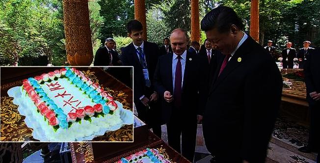 俄羅斯總統普亭專門到中國國家主席習近平下榻酒店,為習近平慶生。(取材自央視新聞客戶端)