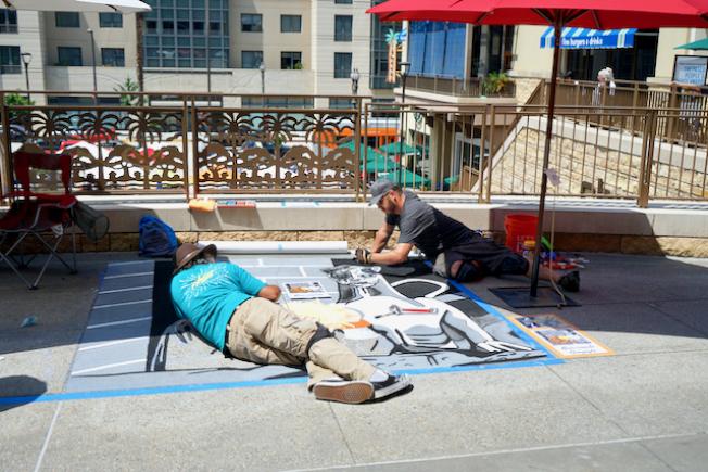 巴沙迪那粉笔艺术节15日登场,艺术家席地作画。(记者陈开/摄影)