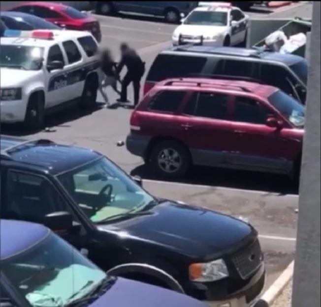 旁觀者拍攝的錄像顯示,鳳凰城警察壓制一名男子。(KNXV截圖)
