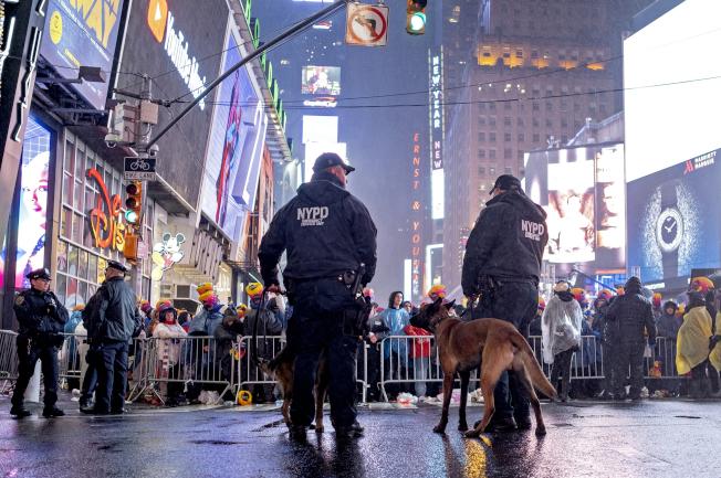 紐約市十天內三名警察自殺,暴露警察工作壓力巨大。圖為今年元旦紐約市時報廣場舉行跨年活動,紐約市警察在場戒備,嚴防意外。(美聯社)