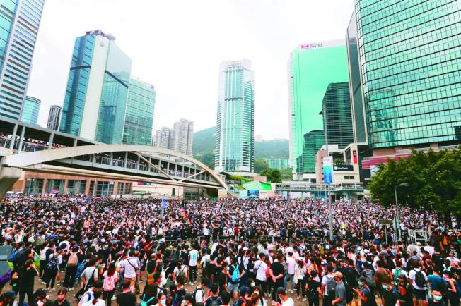 香港立法會早前排定審查「送中條例」,港人發起罷課、包圍立法會。教育局致函學校指示校方處理沒有履行職務的教師和詢問罷課學生人數等事,引發爭議。(本報資料照片)