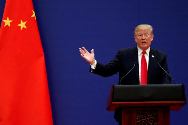 華盛頓郵報15日刊出社論指出,川普政府對中策略已使美中陷入對立,可能引發更大衝突。圖為川普2017年11月9日訪問北京時,在人民大會堂發表演說。路透