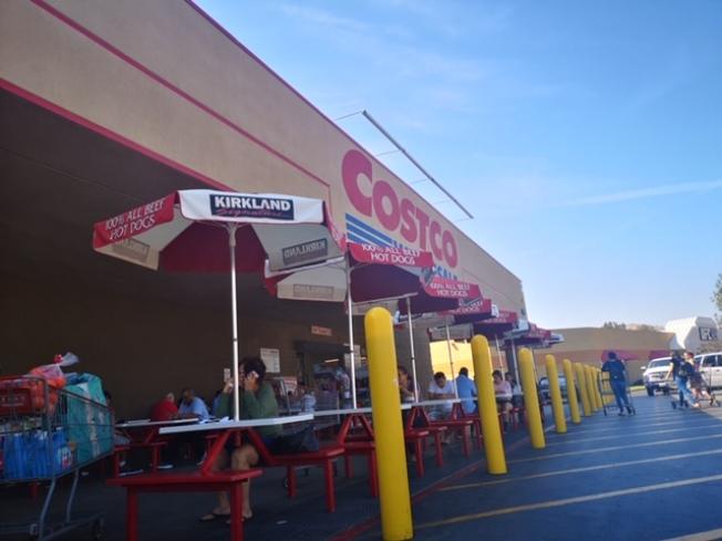 科洛納Costco15日繼續開門營業,但客人似乎比平常少。(記者楊青/攝影)