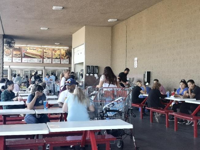 科洛納Costco15日繼續開門營業,但客人似乎比平常少不少。(記者楊青/攝影)