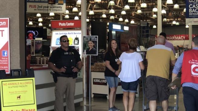 發生命案的科洛納好市多超市門口增加一名警察。(記者啟鉻/攝影)