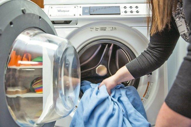 針對低收入家庭,政府有免費換節能電器品,或讓設備能夠節能的裝置的計畫。(美聯社)