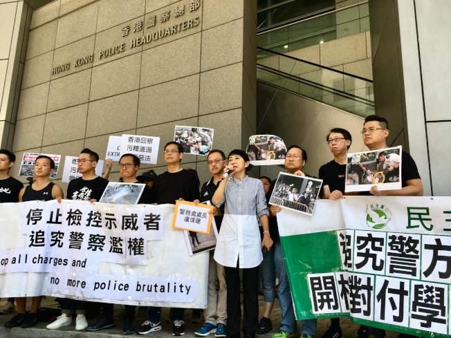 香港泛民主派立法會議員毛孟靜(持麥克風者)15日前往警察總部,要求對金鐘衝突期間過度執法的警員究責。(Getty Images)