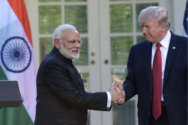 印度宣布對美國部分商品提高關稅,圖為印度總理莫迪(左)2017年6月訪美,在白宮與川普總統會面。(美聯社)
