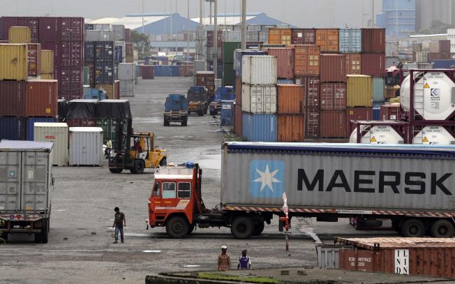 印度宣布對美國部分商品提高關稅,圖為印度孟買港的貨櫃碼頭。(美聯社)