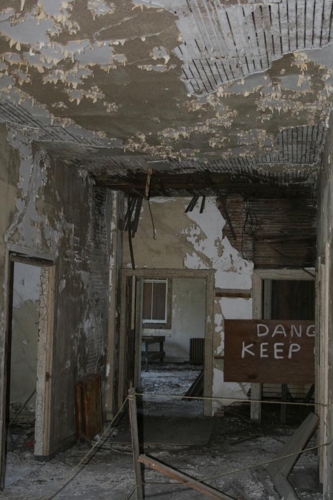 翻新之前的舊醫院,內牆都發黑脫落。(朱伯忠供圖)