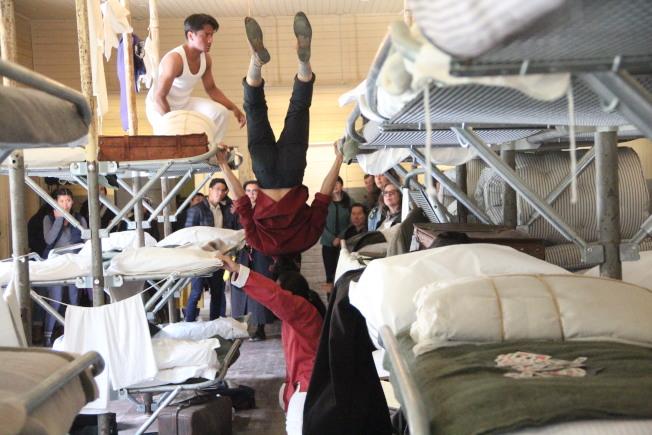 舞蹈演員就在天使島移民站的宿舍中實地演出。(記者李晗╱攝影)