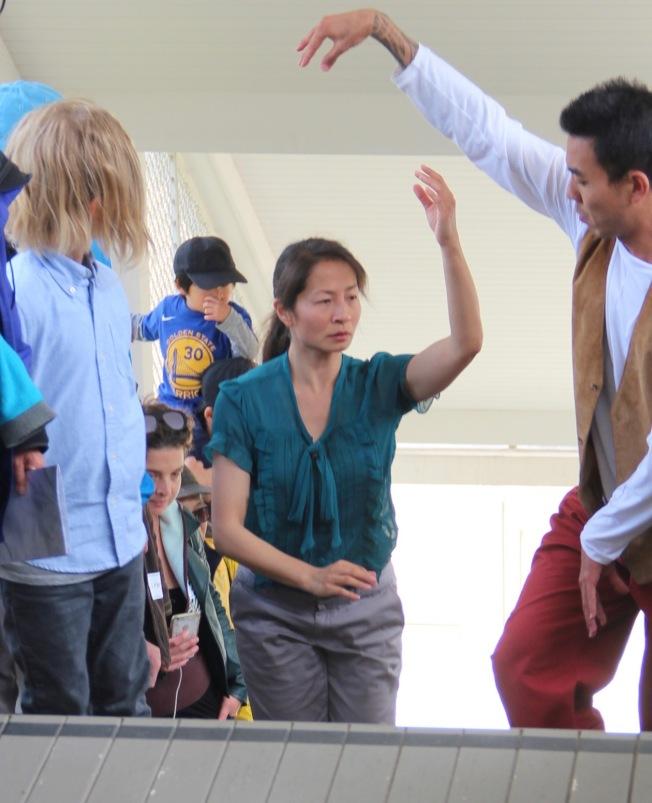 李小玉(圖中)在天使島實地表演舞蹈,沒有舞台,觀眾就站在她身邊。(記者李晗╱攝影)