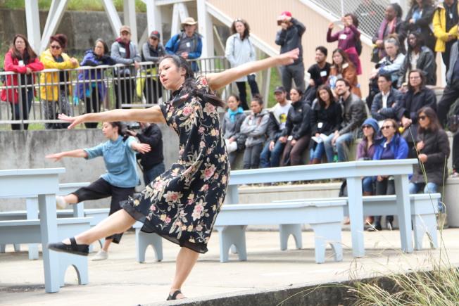 觀眾跟著舞蹈演員跑了一個小時,參與這種沉浸式的舞蹈表演中。(記者李晗╱攝影)