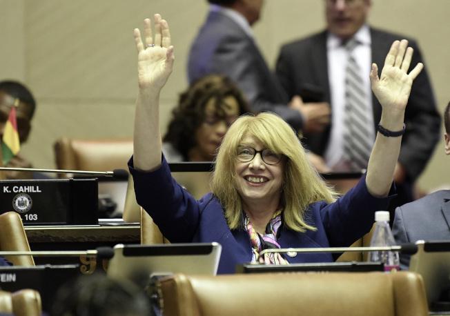 提出禁止貓爪切除術法案的紐約州曼哈頓州眾議員琳達‧羅森索高舉雙手歡呼。(美聯社)