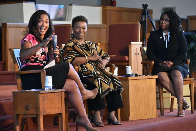 芭芭拉•李(中)和普雷斯利(右)對身為國會中的有色人種女性代表感到自豪。左為對話會主持人艾莉森。(記者黃少華/攝影)
