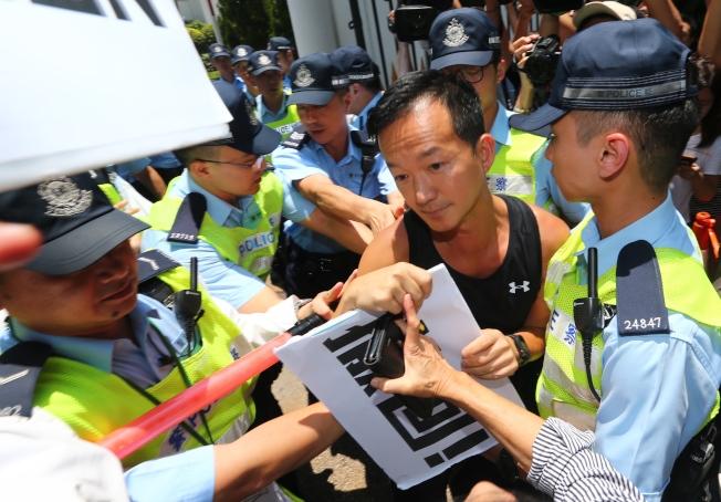 香港特首林鄭月娥昨天中午在禮賓府約見建制派議員,研議暫緩「逃犯條例」修訂,三名民主派議員遭警方攔下爆發推擠衝突。他們強調不接受「暫緩」,這次的訴求非常明確,就是「撤回」,如果不撤,6月17日仍將號召群眾上街遊行。(特派記者王騰毅/攝影)