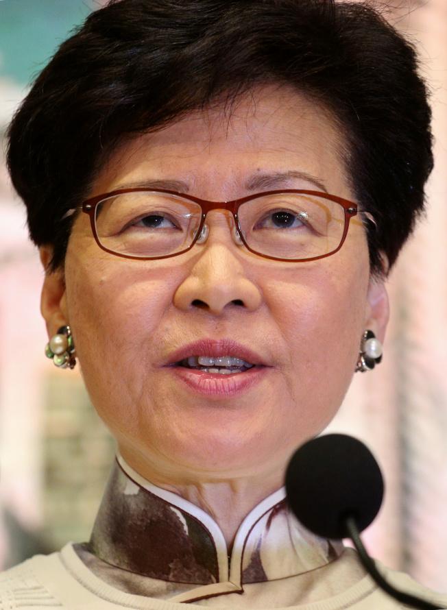 在百萬港人遊行並爆發嚴重的警民衝突後,香港特區政府行政長官林鄭月娥親上火線,在政府總部舉行記者會,宣布暫緩修訂「逃犯條例」。(路透)