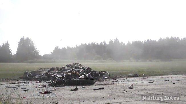 「豹」-242型主戰坦克衝撞BMW小轎車,小轎車瞬間解體,剩下面目全非的底盤留在原地。圖片擷取YouTube/MilitaryNotes影片