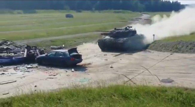 2018年「堅強歐洲戰車挑戰賽」(Strong Europe Tank Challenge),奧地利陸軍派出德制「豹」-242型主戰坦克參戰,以全速45英里衝撞小轎車。圖片擷取YouTube/Dani影片