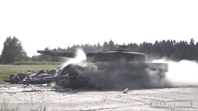 13.6萬噸的坦克,以時速45英里撞上BMW小轎車,小轎車瞬間解體破碎。圖片擷取YouTube/MilitaryNotes影片
