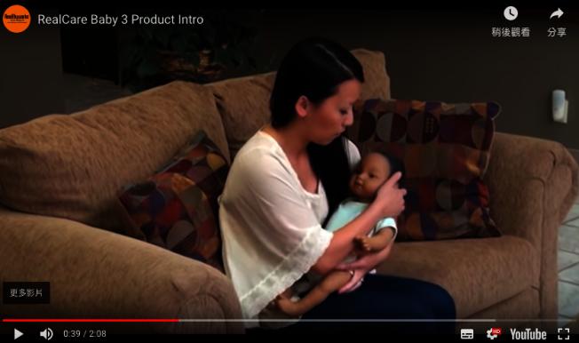 美國一高校作業讓學生體驗當爸媽,要求將擬真機器寶寶帶回家照顧,並在隔天交回。取自youTube