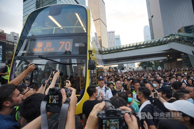 香港反送中大批民眾16日身穿黑衣走上街頭表達訴求,車道上塞滿人潮。中央社記