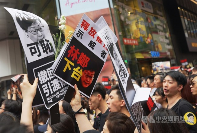 香港泛民主派團體民間人權陣線16日再次發起反修訂逃犯條例大遊行,大批民眾身穿黑衣走上街頭,要求行政長官林鄭月娥下台。中央社