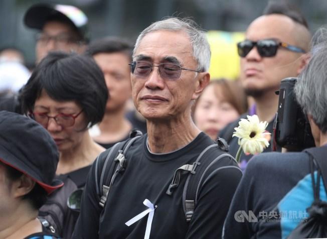 香港泛民主派團體民間人權陣線16日再次發起反修訂逃犯條例大遊行,隊伍中不少民眾戴上白絲帶、獻上白花,對15日不幸墜樓身亡的反送中男子表達悼念。中央社