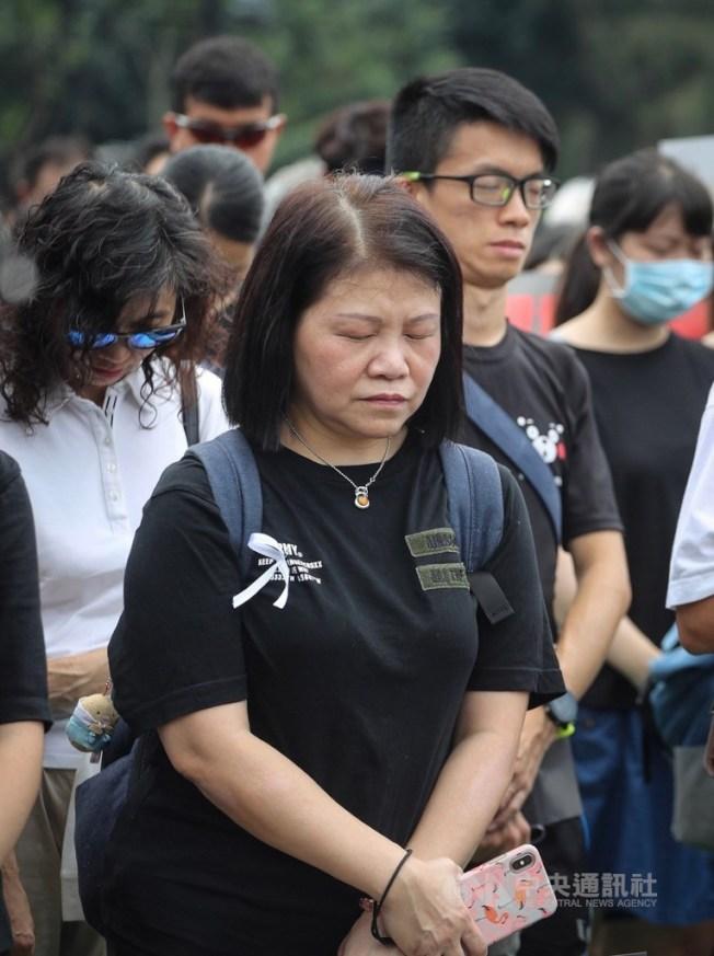 香港泛民主派16日再發起反送中遊行,上百萬老幼中青世代港人上街,由於15日晚間發生一名反送中男子不幸墜樓身亡事件,民眾遊行前齊聚為他默哀悼念。中央社