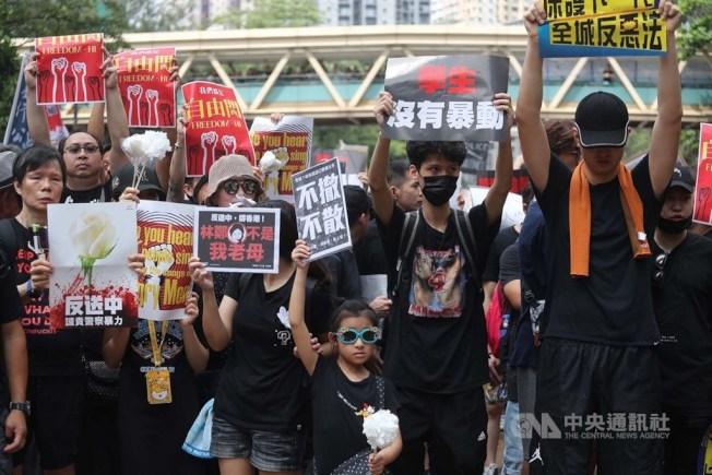 香港泛民主派團體民間人權陣線16日舉行反修訂逃犯條例大遊行,民眾身穿黑衣走上街頭、手舉標語,要求完全撤回修訂逃犯條例草案。中央社
